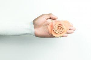 Правильний догляд за шкірою рук: салонні і домашні процедури