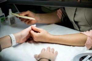 Почему маникюр в домашних условиях не заменит салонный уход за ногтями